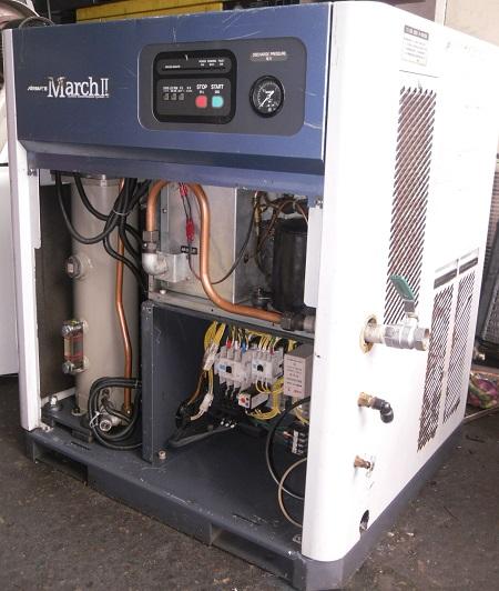 máy nén khí trục vít có tách ẩm nhật bản